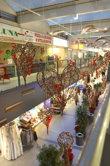 4145b5efcaa ... helt fantastiske og unikke juleudsmykning, som ikke tidligere er set  nogen steder. Juleudsmykningen i Hørsholm Midtpunkt kan opleves de næste 5  år.